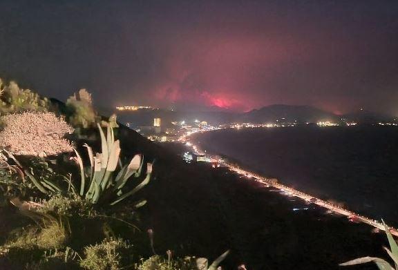 Ρόδος – Μαίνεται η φωτιά – Ενισχύονται οι πυροσβεστικές δυνάμεις τις επόμενες ώρες