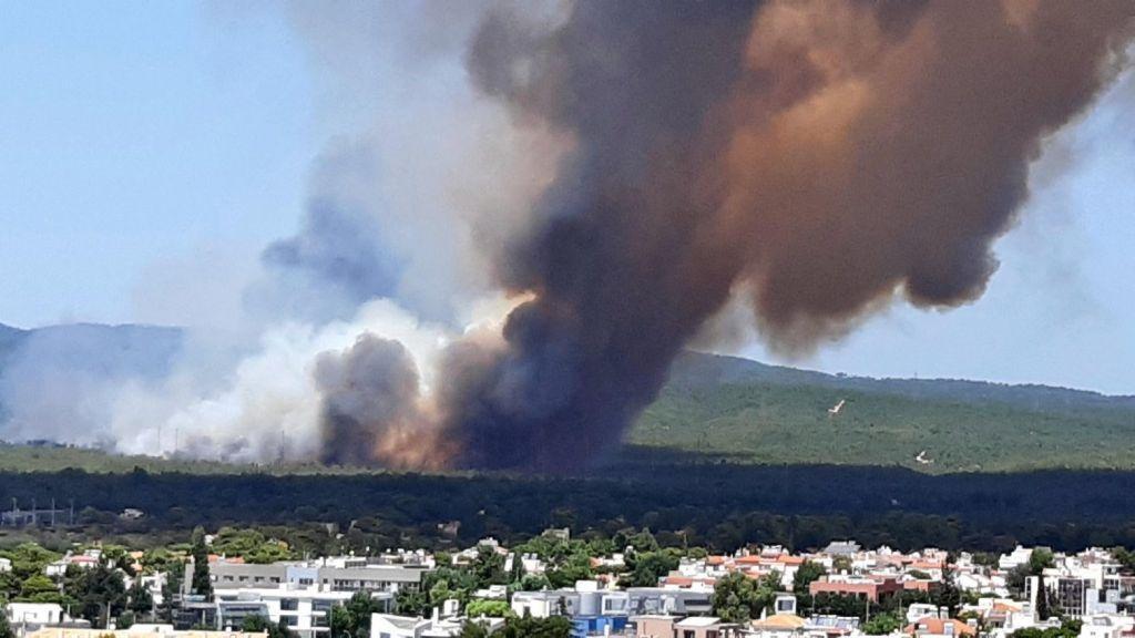 Φωτιά στη Βαρυμπόμπη – Εκκενώθηκε κατασκήνωση