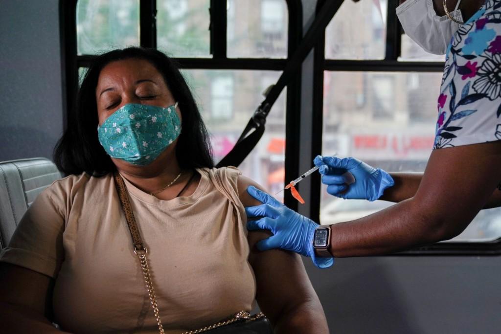 ΗΠΑ – Πληθαίνουν οι επιχειρήσεις που προχωρούν σε υποχρεωτικό εμβολιασμό των εργαζόμενών τους
