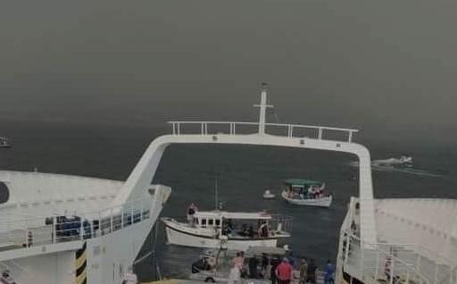 Φωτιά στην Εύβοια – Εικόνα που κόβει την ανάσα – Αποκλεισμένοι πολίτες μεταφέρονται με ferry boat