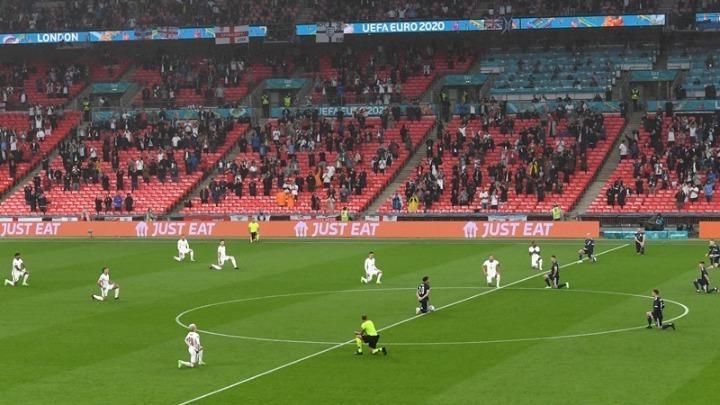 Premier League – Θα συνεχίζουν να γονατίζουν οι παίκτες πριν από την έναρξη των αγώνων