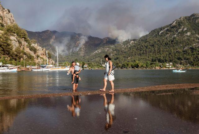 Φωτιές στην Τουρκία – Τουρίστες και κάτοικοι απομακρύνθηκαν από ξενοδοχεία και σπίτια για να γλυτώσουν