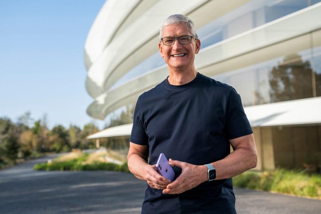 Apple – Μετοχές 752 εκατ. δολαρίων πούλησε σε μια εβδομάδα ο Τιμ Κουκ