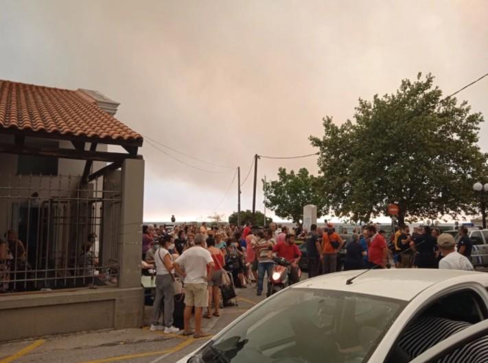 Εύβοια – Εκκενώνεται η Λίμνη – Απομακρύνονται με ferry boat πάνω από 1.000 άνθρωποι