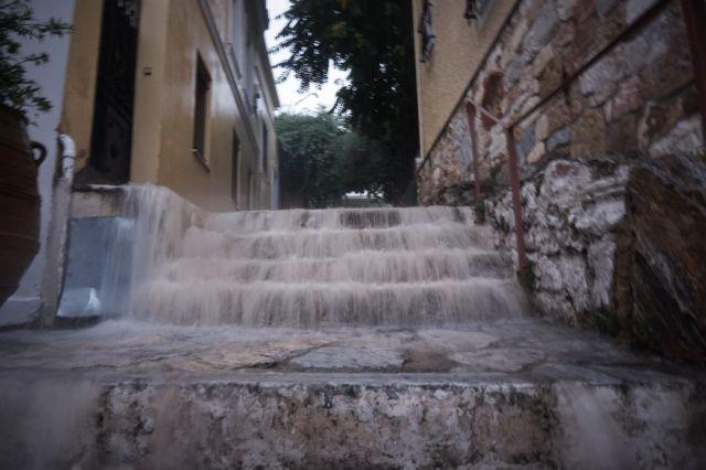 Λάρισα – Καταιγίδα σάρωσε τα παράλια – Ορμητικοί χείμαρροι σε δρόμους