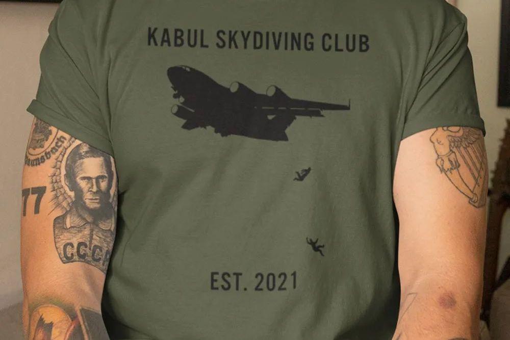 Αρρωστημένα μυαλά – Εφτιαξαν μπλουζάκια με την πτώση των απελπισμένων Αφγανών από αεροπλάνο