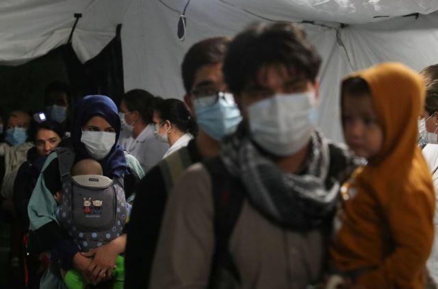 Αφγανιστάν – Εκατοντάδες εκτοπισμένες οικογένειες εκλιπαρούν για φαγητό και στέγη