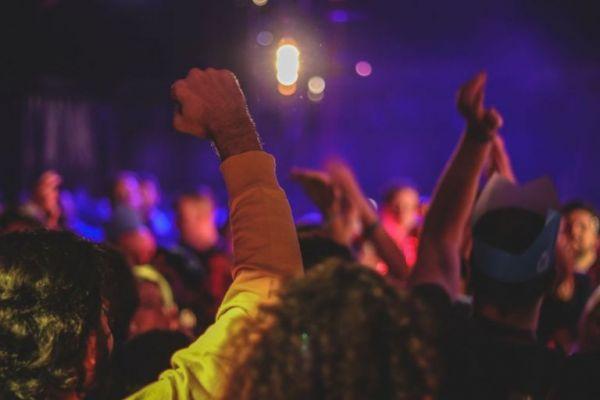 Εύβοια – Πανικός σε γλέντι γάμου – Η αστυνομία έπιασε τους καλεσμένους να χορεύουν