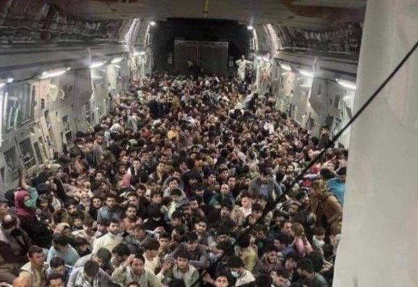 ΗΠΑ – 823 Αφγανούς μετέφερε το στρατιωτικό αεροσκάφος που έφυγε από την Καμπούλ