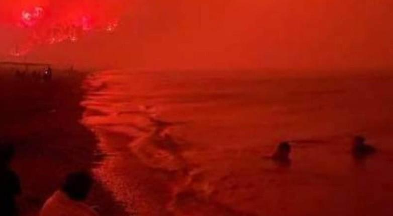 Φωτιά στην Εύβοια – Απόκοσμη φωτογραφία με την παραλία της Αγίας Άννας «πνιγμένη» στο κόκκινο της φωτιάς