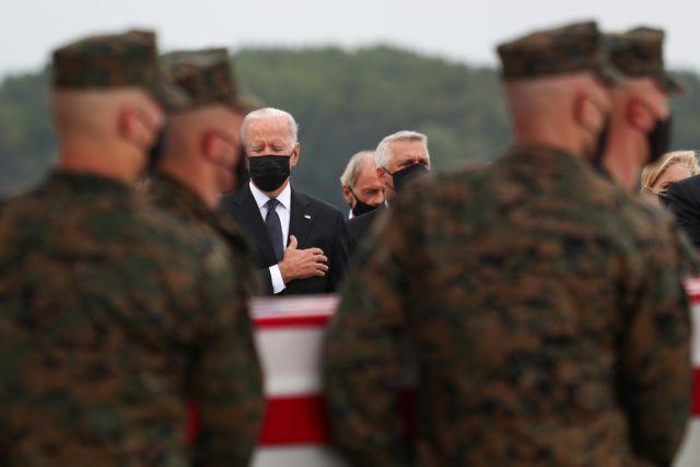 Ο Μπάιντεν υποδέχτηκε τα φέρετρα των Αμερικανών στρατιωτών από την Καμπούλ