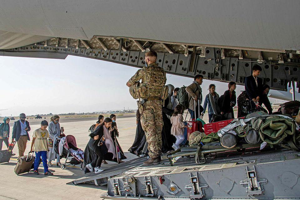 Βρετανία – Παρατείνει την επιχείρηση εκκένωσης και ζητά κυρώσεις κατά των Ταλιμπάν
