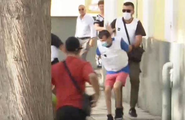 Δάφνη – Συγγενείς του θύματος επιτέθηκαν στον συζυγοκτόνο έξω από την Ευελπίδων
