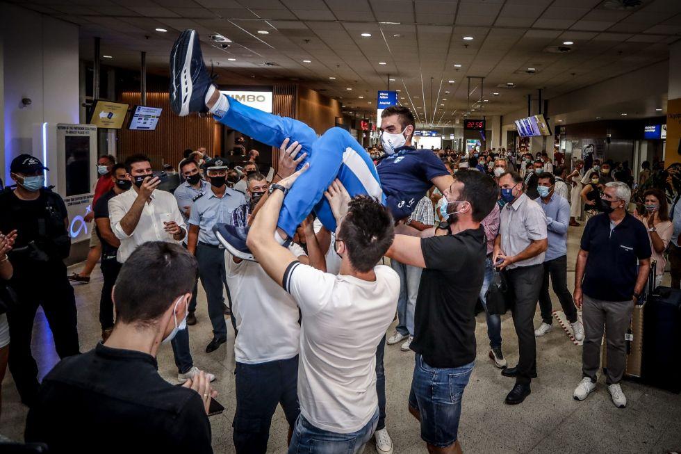 Ο Στέφανος Ντούσκος στην Αθήνα – Τον αποθέωσαν στο «Ελευθέριος Βενιζέλος»