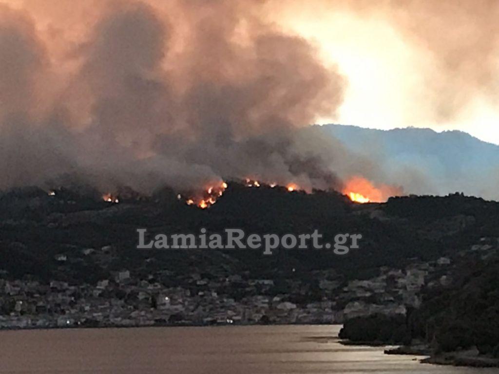 Λίμνη Εύβοιας – Η θάλασσα σταμάτησε τις φλόγες, κάηκαν σπίτια – Τρία τα μεγάλα μέτωπα