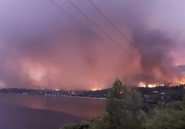 Φωτιά στην Εύβοια – Νέα αναζωπύρωση – Μήνυμα του 112 για εκκένωση οικισμού, 150 σπίτια κάηκαν