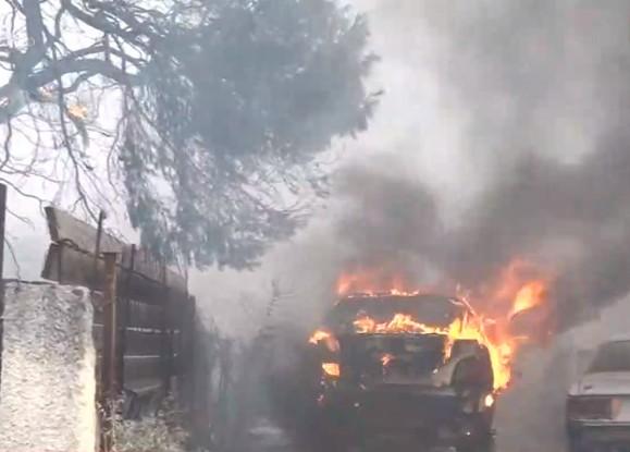 Φωτιά στη Βαρυμπόμπη – Συγκλονιστικό βίντεο – Μέσα στα σπίτια οι φλόγες