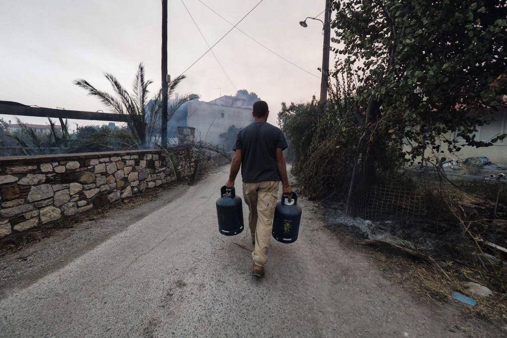 Φωτιά στην Εύβοια – Χτύπησαν οι καμπάνες για να εκκενωθούν οι Κεχριές