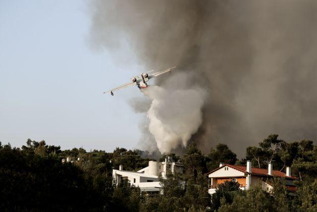 Πυρκαγιές – Δέκα μέτρα οικονομικής ενίσχυσης και πέντε άξονες δράσης για τη στήριξη των πυρόπληκτων