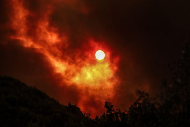 Πύρινος όλεθρος σε ολόκληρη την Ελλάδα – Πολλαπλά μέτωπα της φωτιάς καίνε τα πάντα στο πέρασμά τους