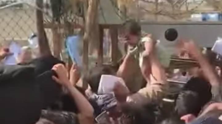 Αφγανιστάν – Βίντεο από το αεροδρόμιο της Καμπούλ ραγίζει καρδιές – Παρέδωσαν κοριτσάκι σε στρατιώτη για να το σώσουν