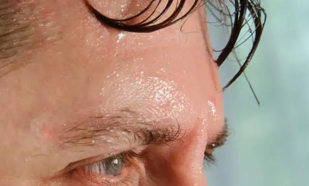 Πόσο ανησυχητικό είναι το να μην ιδρώνετε επαρκώς όταν κάνει ζέστη