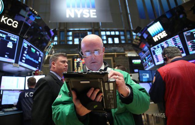 Σε κλοιό ασφυκτικών πιέσεων και σήμερα τα διεθνή χρηματιστήρια