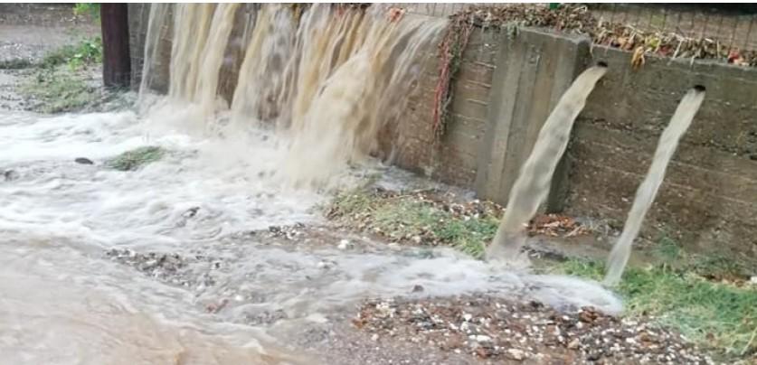 Χαλκιδική – Δρόμοι έγιναν «ποτάμια» από την καταιγίδα στην Κασσάνδρα
