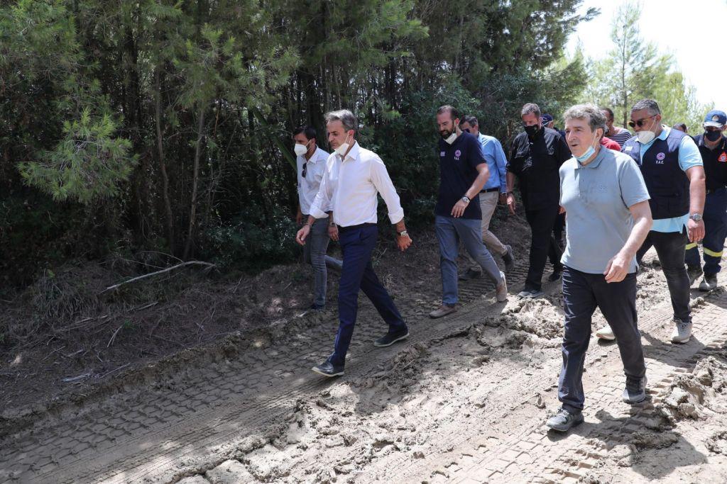 Ο πρωθυπουργός μεταβαίνει στη βάση των Canadair στην Ελευσίνα