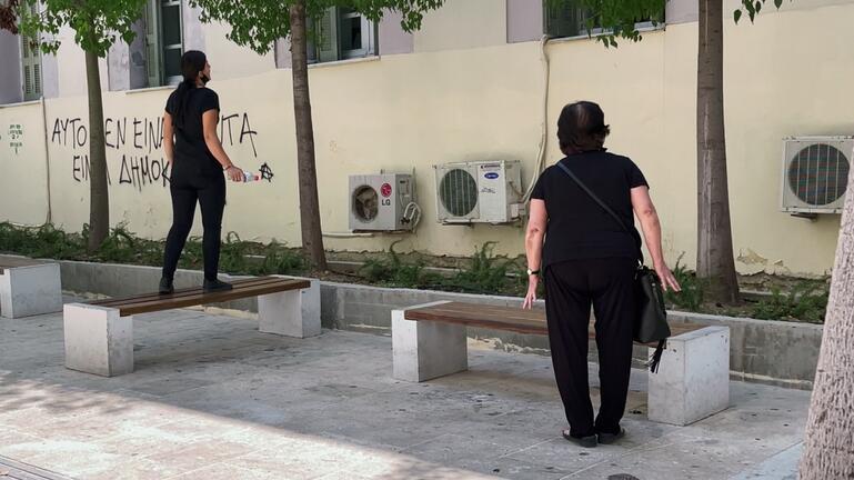 Εγκλημα στην Κρήτη – Οργή έξω από τα δικαστήρια – «Φονιά, να σαπίσεις μέσα»