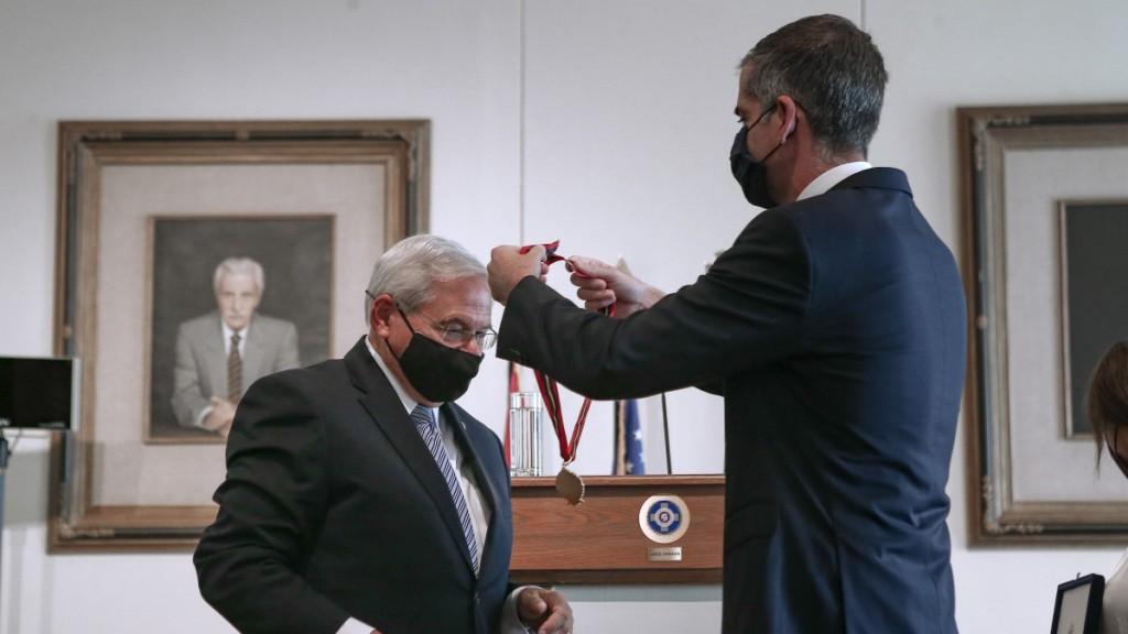 Με το Μετάλλιο της Πόλεως των Αθηνών τιμήθηκε ο Μενέντεζ