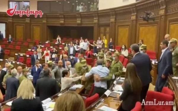 Αρμενία – Σκηνές απείρου κάλλους μέσα στη Βουλή – Πιάστηκαν στα χέρια