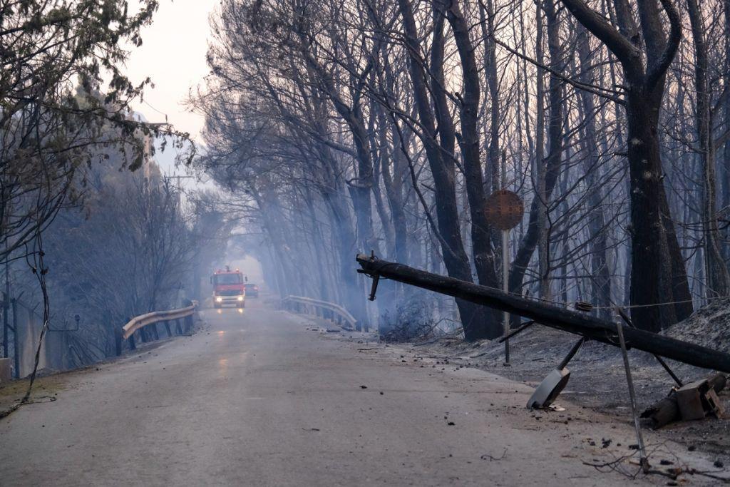 Φωτιά στη Βαρυμπόμπη – Ποιοι δρόμοι είναι κλειστοί