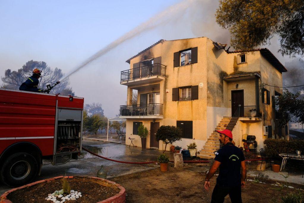 Φωτιά στη Βαρυμπόμπη – Πλιάτσικο στα καμένα καταγγέλλουν οι κάτοικοι