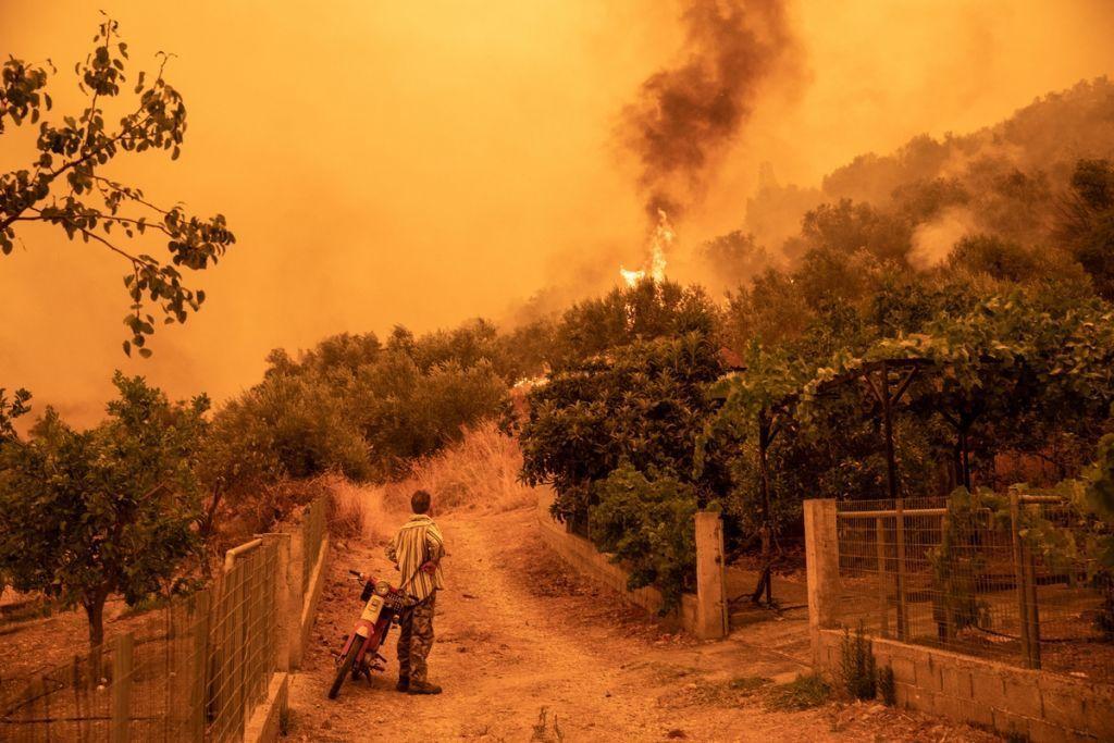 Φωτιά στη Γορτυνία – Η στιγμή που αυτοκίνητο περνά μέσα από τις φλόγες – Το συγκλονιστικό βίντεο