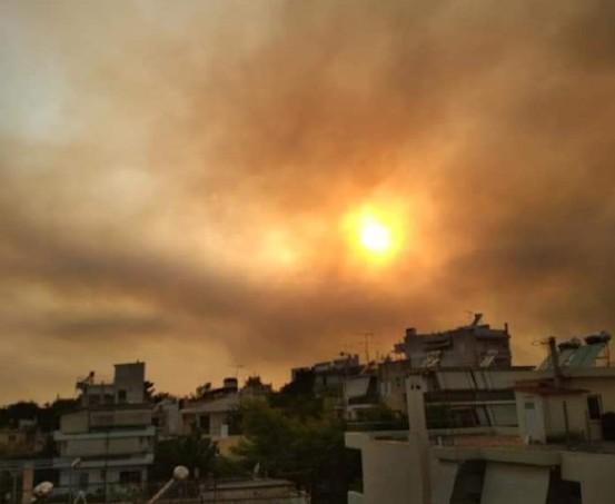 Φωτιά στη Βαρυμπόμπη – «Πνίγεται» στους καπνούς η Αττική – Δείτε φωτογραφίες