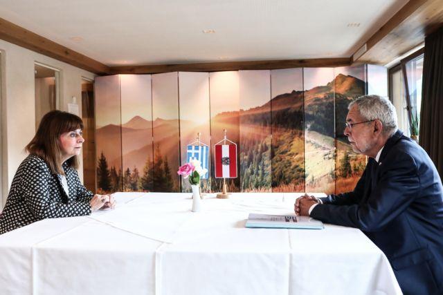 Συνάντηση της Σακελλαροπούλου με τον Πρόεδρο της Αυστρίας στο Άλμπαχ
