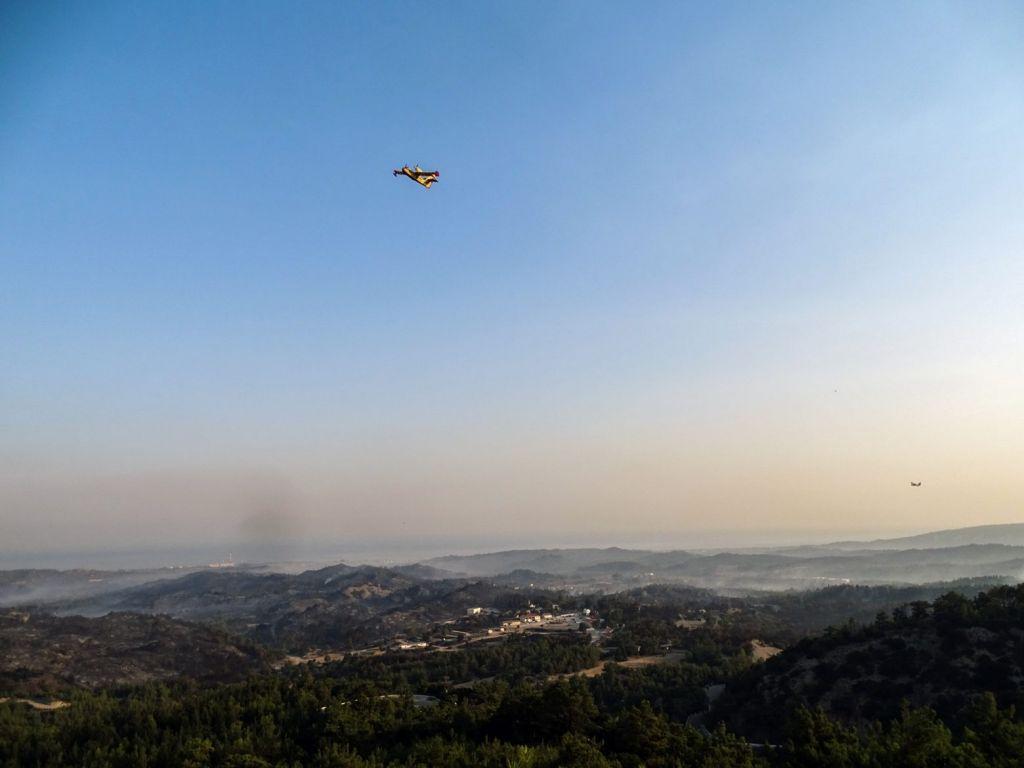 Ρόδος: Σε εξέλιξη η μάχη για την κατάσβεση της πυρκαγιάς