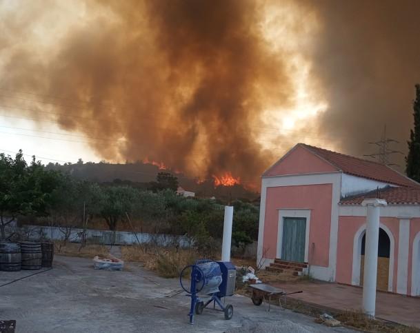 Ανεξέλεγκτη η φωτιά στη Ρόδο – Xωρίς ρεύμα όλο το νησί – Μήνυμα του «112» και εκκένωση οικισμών