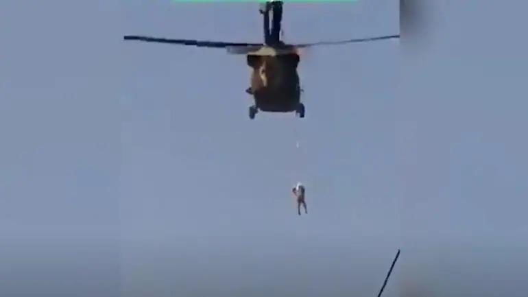 Αφγανιστάν – Άνδρας κρέμεται από Black Hawk που πετούν Ταλιμπάν