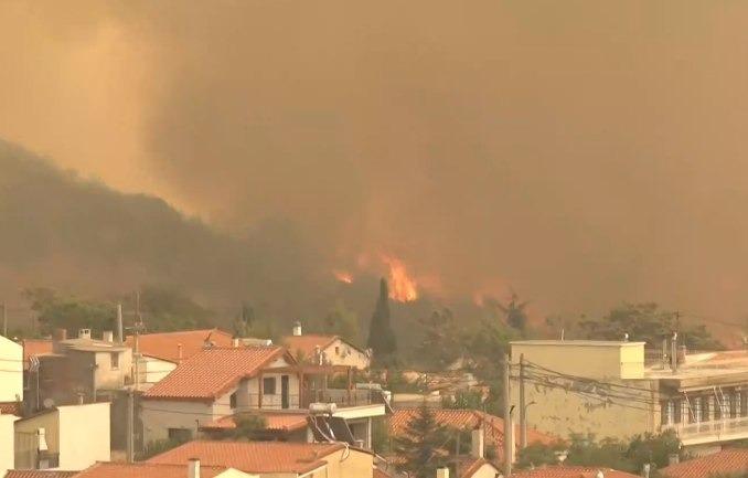 Η «έκρηξη» της δασικής πυρκαγιάς στα Βίλια Αττικής – Ακραία συμπεριφορά καταγράφει το meteo