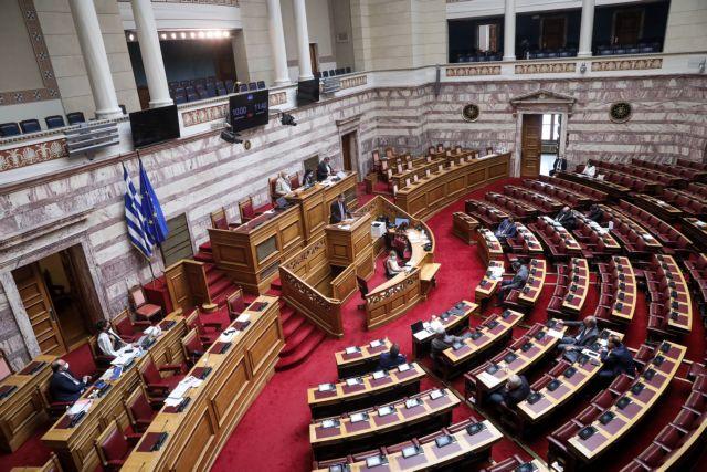 Βουλή – Κόντρα κυβέρνησης – αντιπολίτευσης για το νομοσχέδιο περί απελάσεων και επιστροφών