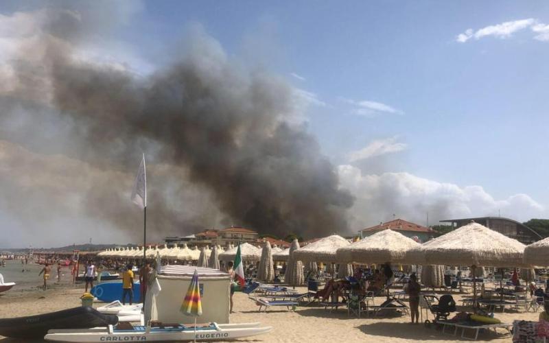 Ιταλία – Μεγάλη φωτιά κατέστρεψε τον πευκώνα της Πεσκάρα – Εκκενώθηκαν σπίτια