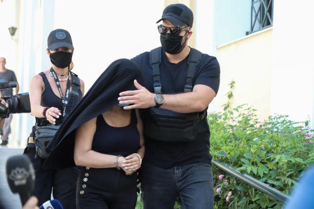 Επίθεση με βιτριόλι – Αποκλειστικές φωτογραφίες ντοκουμέντο από την κατηγορούμενη – Τα… καμένα ρούχα που την πρόδωσαν