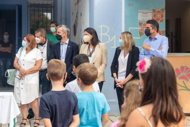 Σε σχολείο της Θεσσαλονίκης η Κεραμέως – Τι είπε στα παιδιά για τη νέα σχολική χρονιά