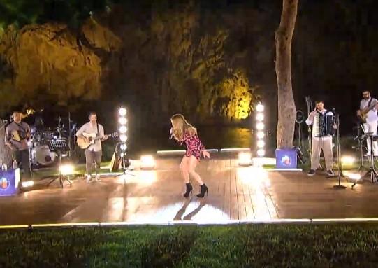 Η Δέσποινα Βανδή τραγουδά για τους ερωτευμένους από τη σκηνή του MEGA