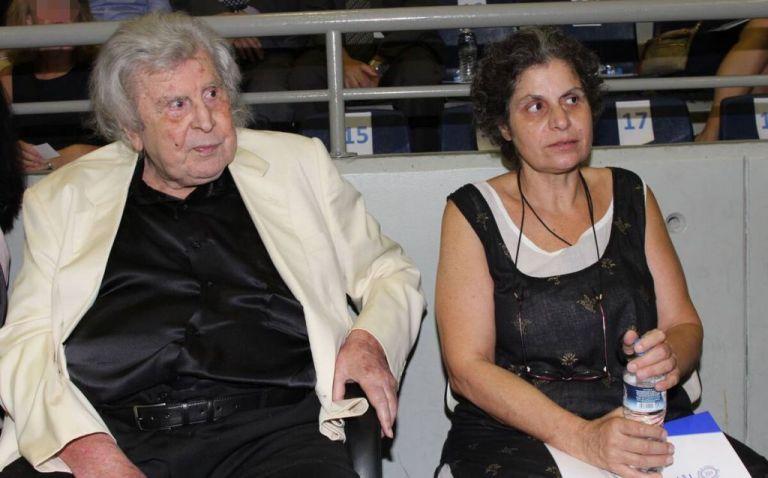 Μίκης Θεοδωράκης – Ενδοοικογενειακή κόντρα για το πού θα ταφεί – «Μου ρουφούν το αίμα αδυσώπητα τσιμπούρια», λέει η κόρη του