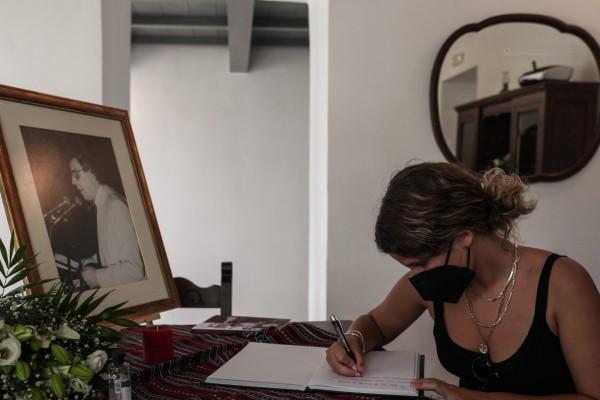Μίκης Θεοδωράκης – Σημειώματα και λουλούδια στο σπίτι του στον Γαλατά Χανίων  - ΤΑ ΝΕΑ