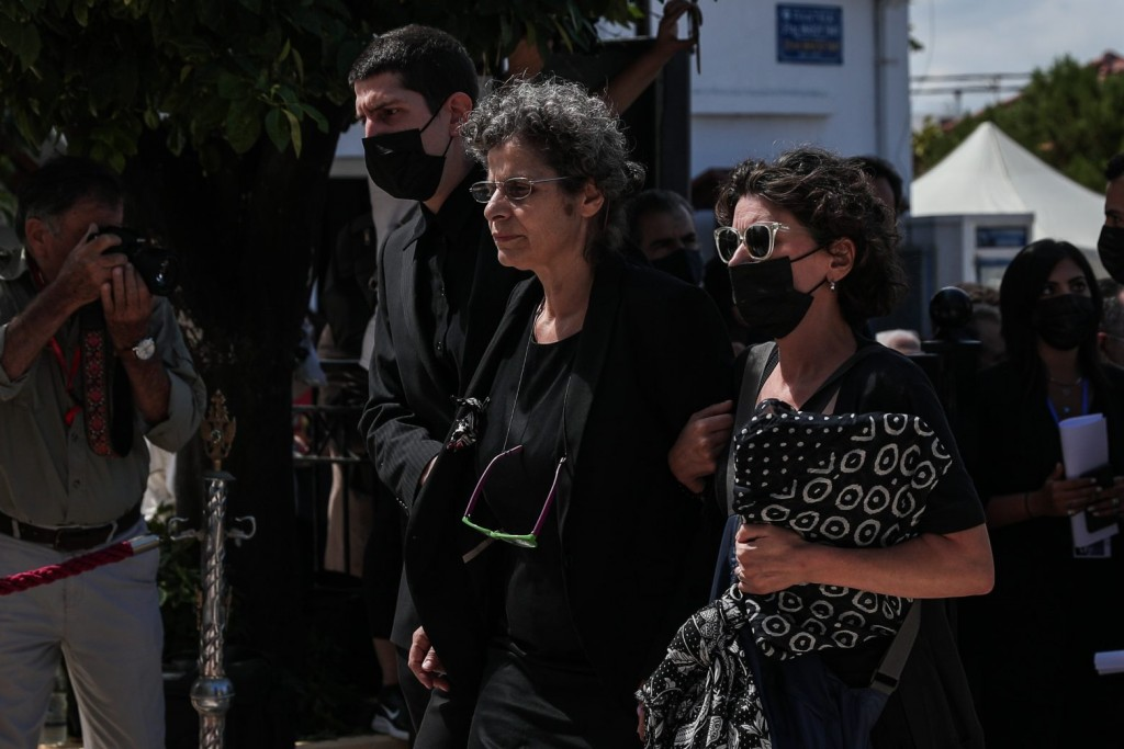 Μίκης Θεοδωράκης – Υποβασταζόμενη στην κηδεία του πατέρα της η κόρη του Μαργαρίτα