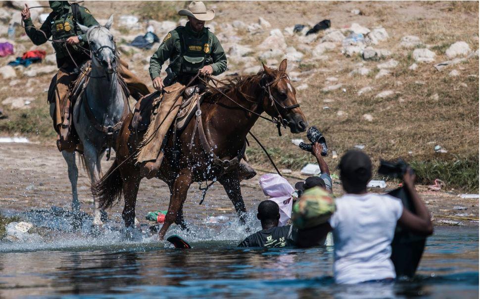 ΗΠΑ – Εικόνες – σοκ – Έφιπποι συνοριοφύλακες κυνηγούν μετανάστες στον Ρίο Γκράντε